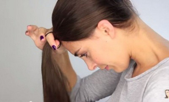 cette-femme-coupe-ses-cheveux-subtilementapprenez-a-le-faire-aussi-vous-meme-et-sans-laide-de-personne